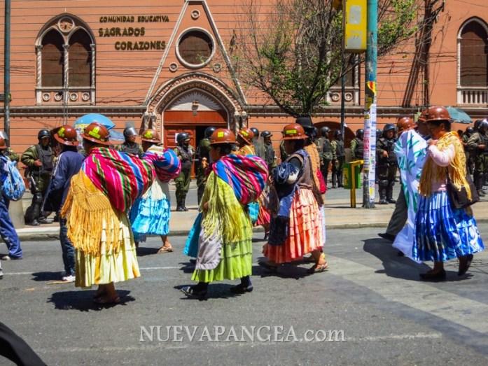 Cholitas aportando su granito de arena con la protesta