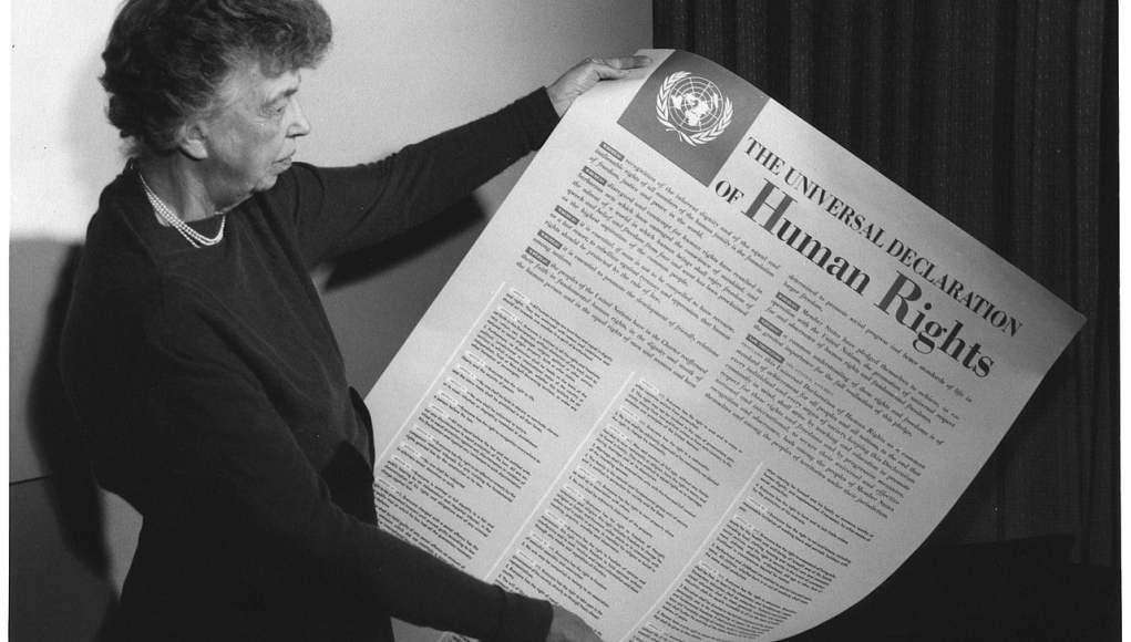 Eleanor Roosevelt con la declaración de derechos humanos, 1949