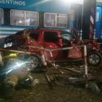 Otra vez el tren choca con una camioneta en Garín