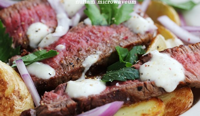 Salade van steak, nieuwe aardappelen en een dressing van mierikswortel