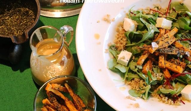 Slaatje van geroosterde bulgur, witte miso dressing en gefrituurde zoete aardappel met norizout