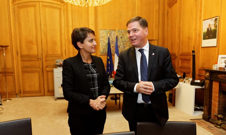 La ministe de l'éducation nationale Najat Vallaud-Belkacem, et le Président de Microsoft France, Alain Crozier.