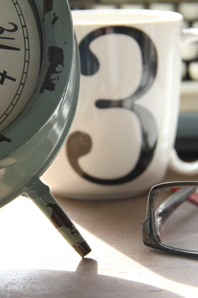 hodiny, šálka s číslom 3, okuliare, písací stroj