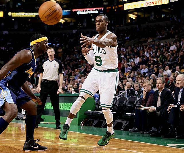Un passaggio di Rondo durante i suoi anni d'oro ai Celtics.
