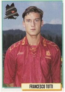 Francesco Totti sta per giocare il suo ultimo derby. Questa è la sua prima figurina nella collezione Calciatori Panini