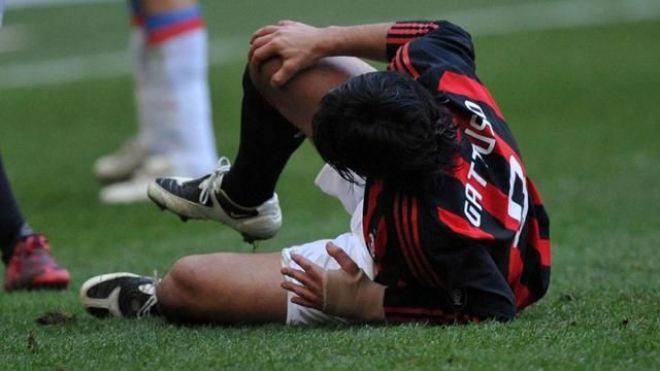 Gattuso a terra, dopo aver subito l'infortunio al ginocchio. Giocatori come lui però si rialzano dopo ogni botta   numerosette.eu