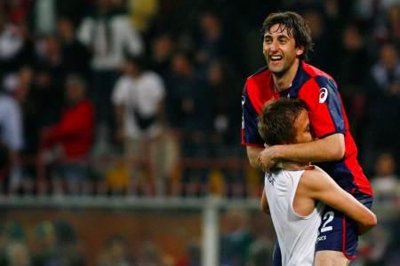 Milito e Criscito festeggiano con la maglia del Genoa 2008/2009   Numerosette Magazine