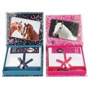 Kirjoituspaperi ja kynä, Horses dreamsKaunis kotelo, jonka sisällä on ihania hevospapereita ja tylikäs heppakynä.