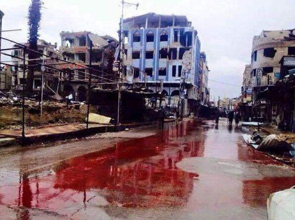 دا سوریه ده، د ۲۰۱۵ کال په لومړیو کې د بشار الاسد هوايي ځواکونو په ملکي میشتځایونو درنه بمباري وکړه چې په پایله کې یې لارې او سړکونه په وینو سره شول. دې انځور هغه مهال په عربي نړۍ کې توند غبرګونونه راپارولي وه.