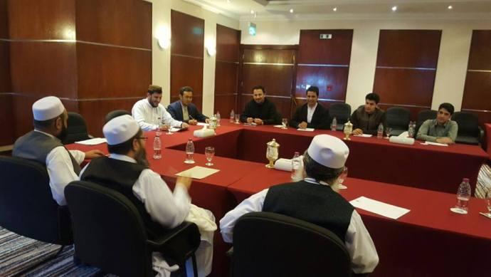 په قطر کې د طالبانو سیاسي دفتر استازي د افغان ژورنالیستانو او سولي فعالانو سره په ناسته کې
