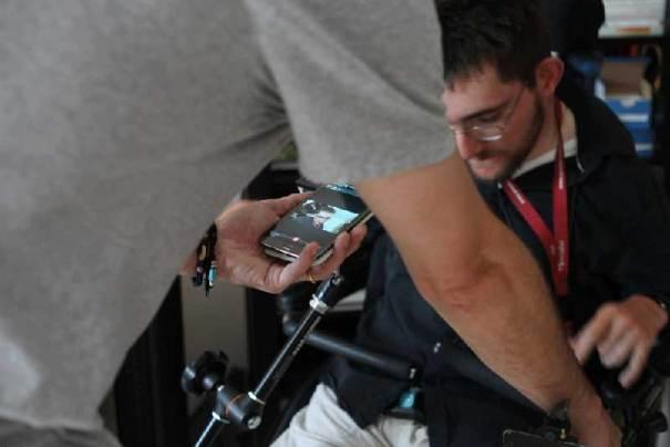 portrait Nunsu client handicapé et smartphone à l'association La Sève te le Rameau à Reims dans le clip Pôle Emploi du rappeur français Nunsuko