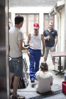 Nunsu ouvrier et Nunsu clients du bar restaurant bistronomique l'Entrepotes à Reims dans le clip Pôle Emploi du rappeur français Nunsuko