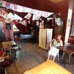 Nunsu barmaid patronne du bar restaurant bistronomique l'Entrepotes à Reims dans le clip Pôle Emploi du rappeur français Nunsuko