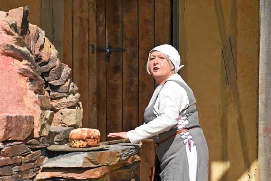les techniques ancestrales pour faire le pain dans un vieux forneau