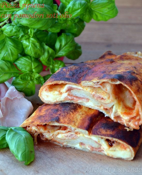 Pizza ripiena con pomodori sott'olio