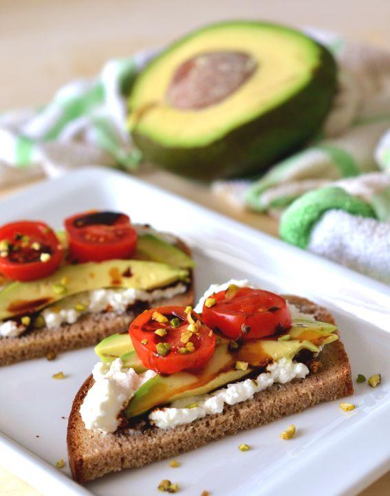 Pane nero di segale con avocado e philadelphia