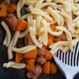Pasta di semola con zucca e salsiccia saltata in padella