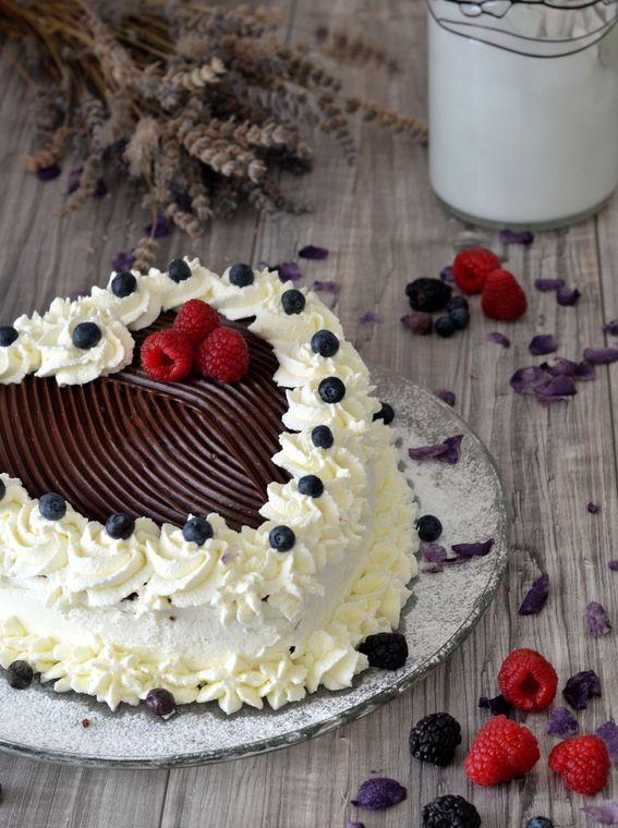 Torta cuore con ganache al cioccolato e frutti di bosco