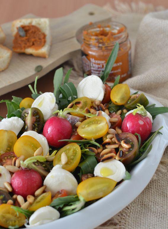 Insalata di rucola ravanelli e mozzarella con pinoli tostati