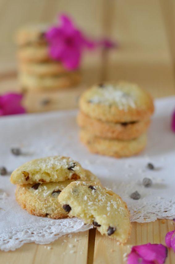 Biscotti con farina di mandorle cocco e gocce di cioccolato