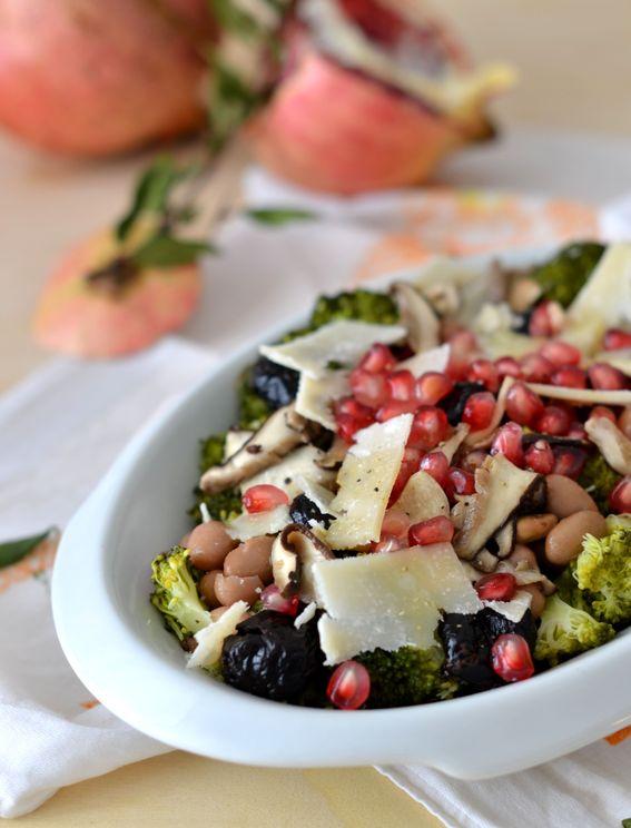 Insalata di broccoli con funghi trifolati melagrana e formaggio