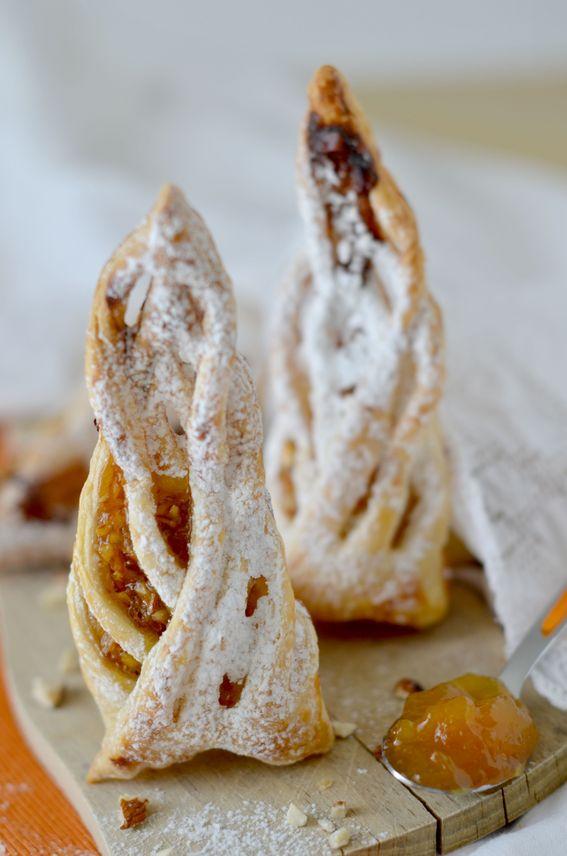Sfogliatine con confettura di albicocche e mandorle tostate