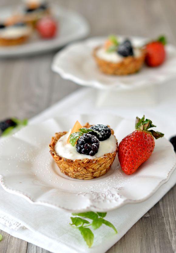Cestini di avena e miele con yogurt pistacchi e frutta fresca