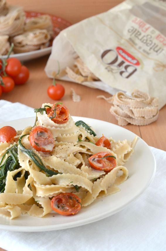 Pasta integrale con pomodorini confit agretti e caprino