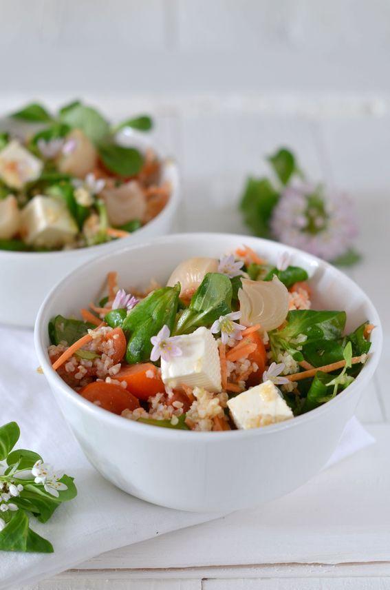 Insalata di bulgur con fiori di aglio cipolla e primo sale