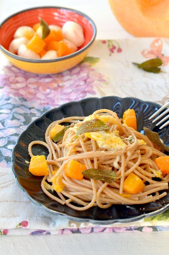 Spaghetti di farro con zucca salvia fritta e scamorza affumicata
