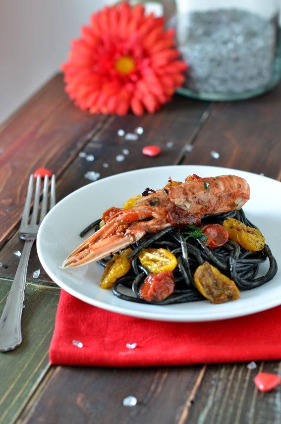 Spaghettoni al nero di seppia con pomodorini e scampi.