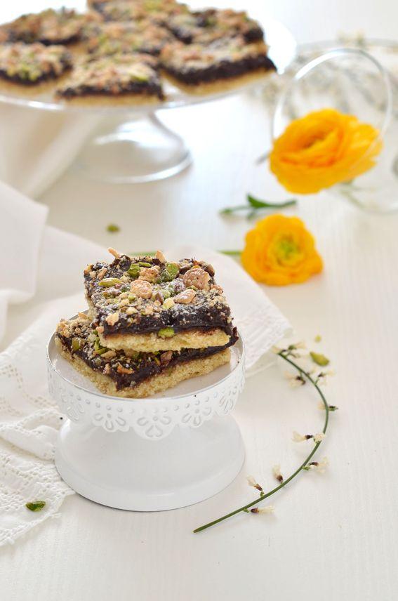 Quadrotti di pasta frolla con cioccolato mandorle e pistacch