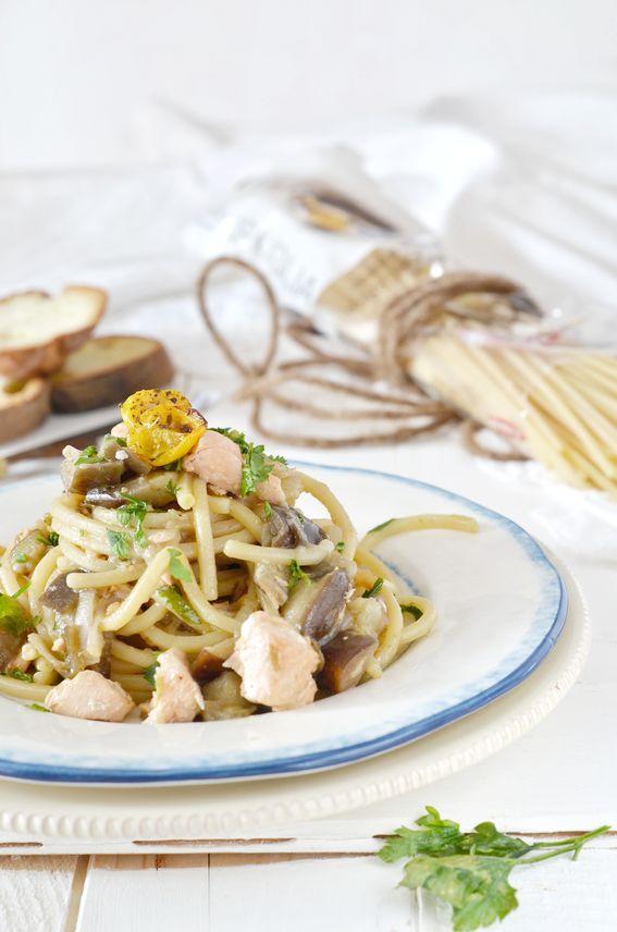 Spaghetti alla chitarra con salmone melanzana e pomodorini gialli