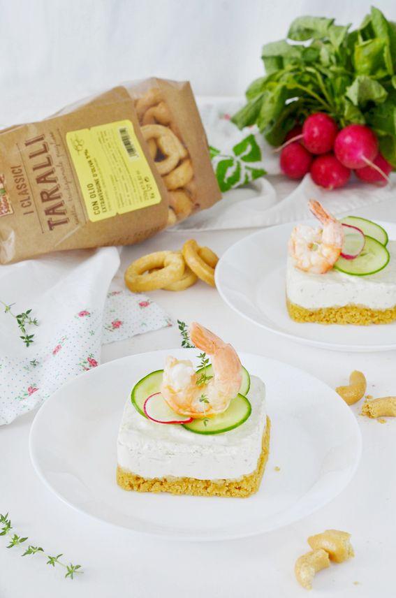 Cheesecake salata senza cottura con taralli e gamberi scottati