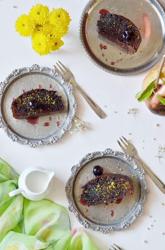 Torta al cioccolato fondente con amarena e granella di pistacchi