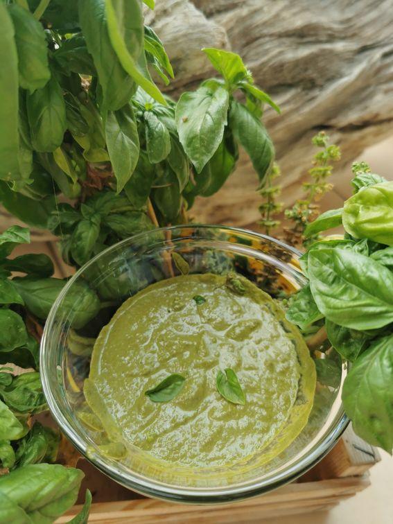 Pesto di basilico fatto in casa con frullatore ad immersione