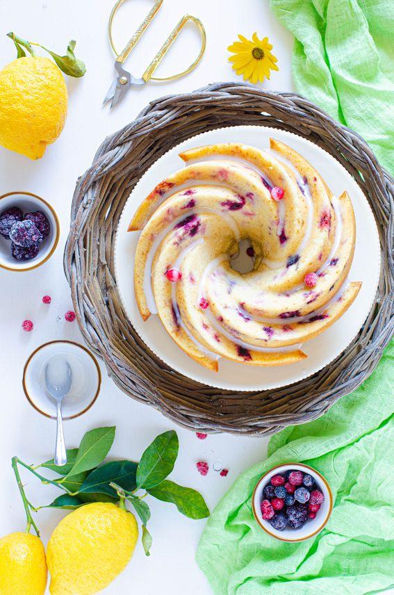 Ciambella soffice al limone con formaggio e frutti rossi
