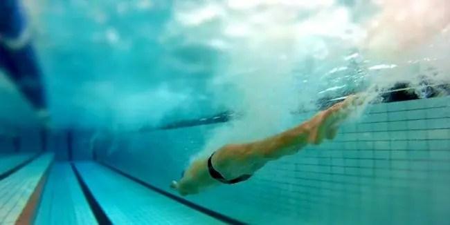 spinta dal muro virata nuoto allenamento gare FINIS swimmershop