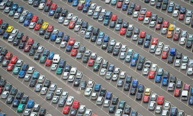 Il Garage Italia soffoca di asfalto e inquinamento, ma si continua a comprare auto nuove