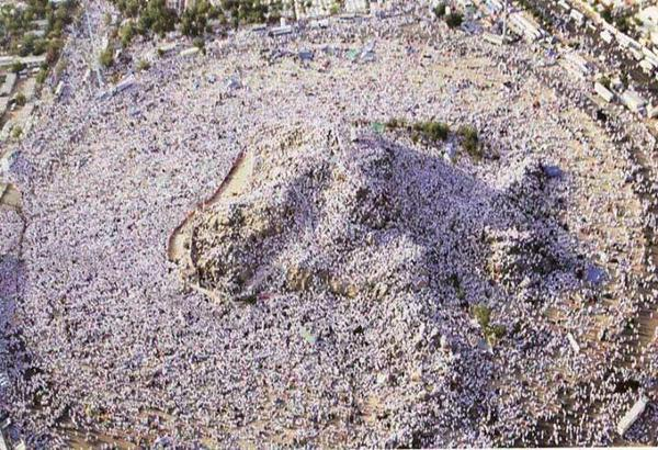 Arafah – Jabal ur Rahma – covered with Hajis like snow