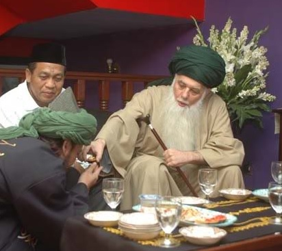 Mawlana Shaykh Hisham giving food to mureed