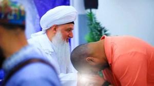 Shaykh Nurjan Mirahmadi-mureed kissing hand,keeping fellowship of shaykh,dont be seperated