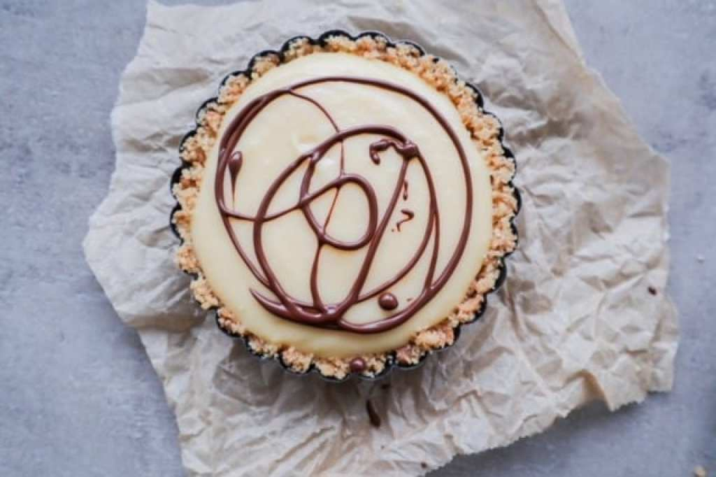 close up of a single vanilla cream pie with chocolate