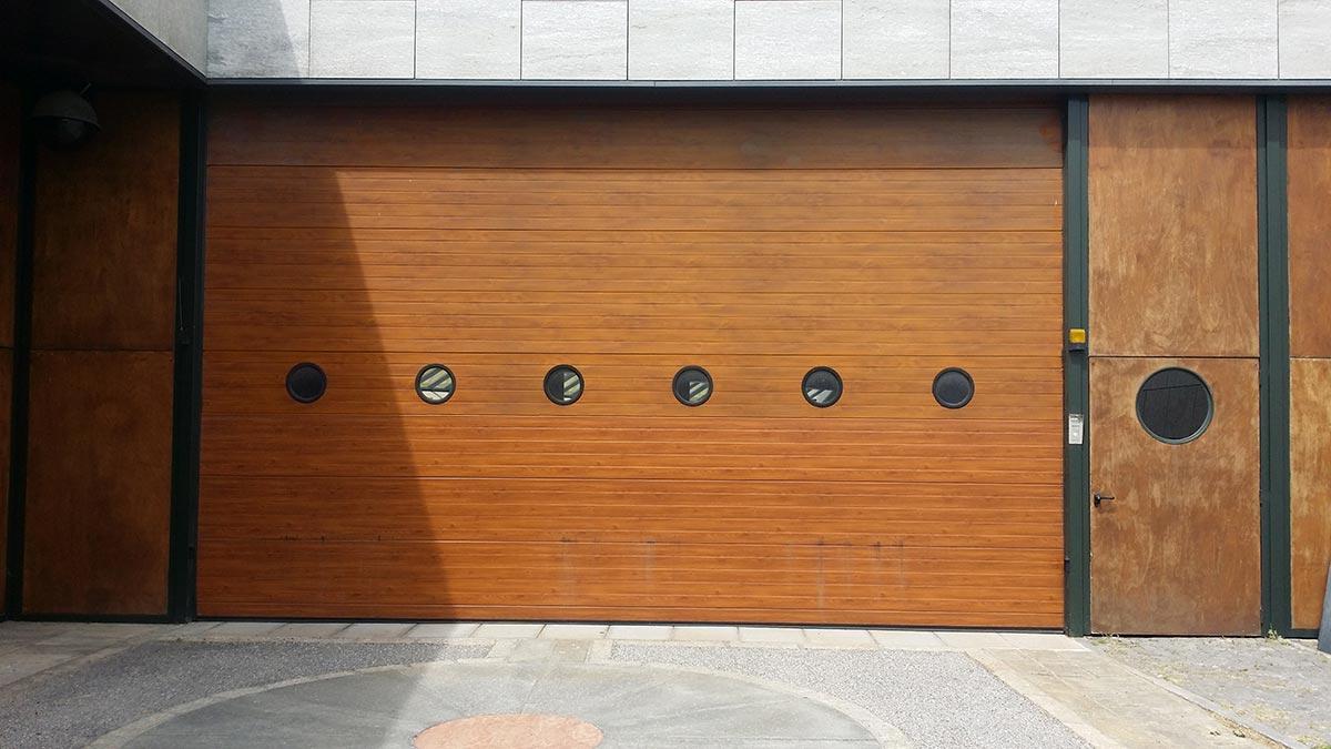 Porta sezionale con oblò