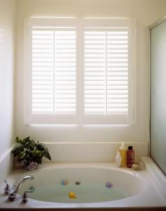 WOODBURY SHUTTERS IN A COLORADO SPRINGS BATHROOM