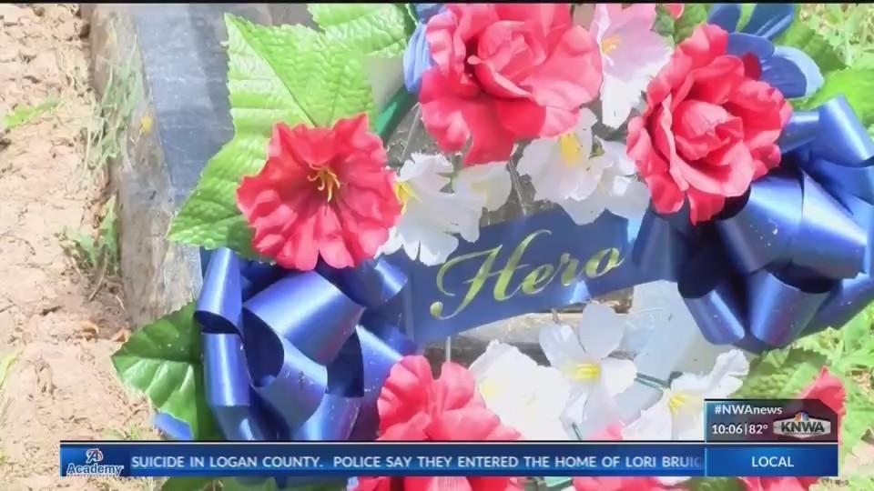 Local_High_School_Student_Brings_Wreaths_0_20180618142849