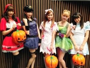 ハロウィンイベントで仮装をする女性達