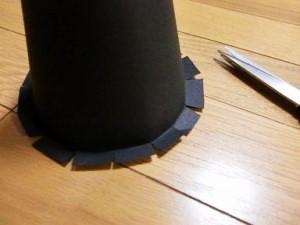 ハロウィンの魔女の帽子のハサミで切れ込みをいれる