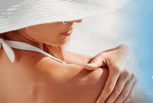 日焼けクリームを塗る女性