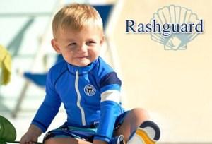 ラッシュガードを着ている男の子の赤ちゃん「